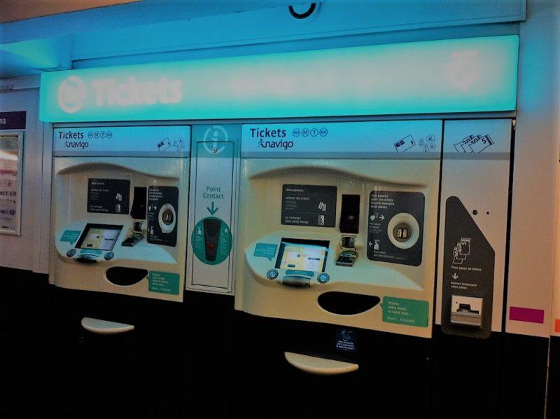 パリのメトロチケット販売機