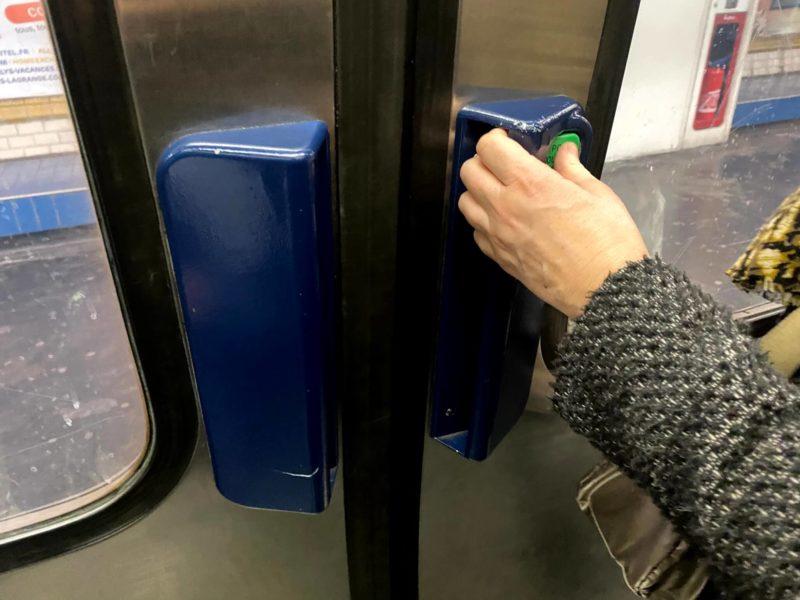 メトロの手動ドア。ボタンを押してドアを開けます