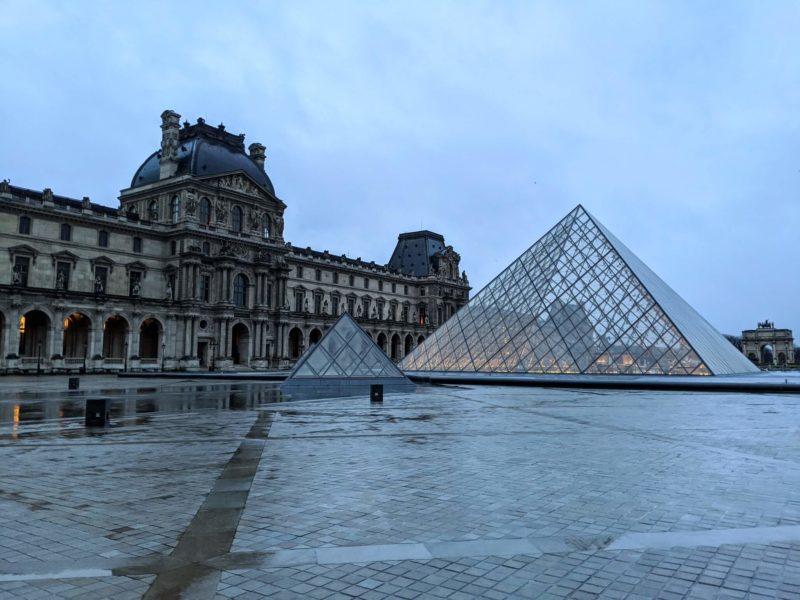 明け方のルーブル美術館、静寂の中のルーブルも素敵!