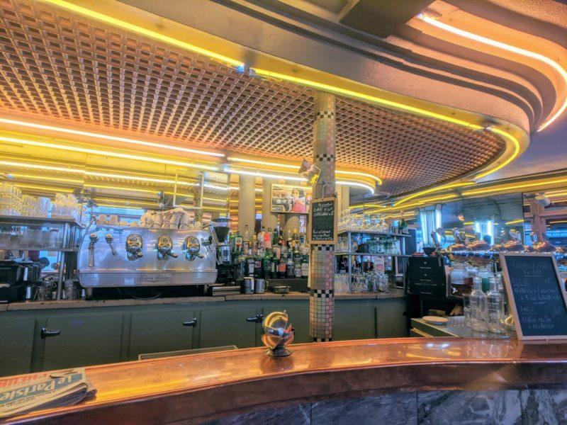 カフェ・デ・ドゥ・ムーラン店内のカウンター