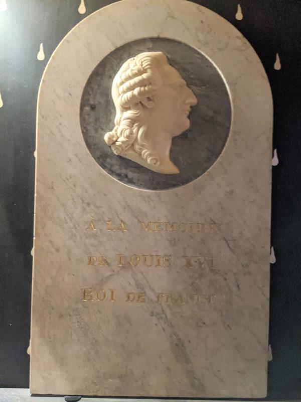コンシェルジュリールイ16世の石碑
