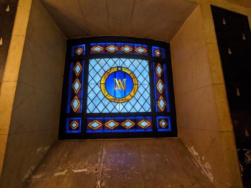 マリーアントワネットのイニシャルが描かれたステンドグラス