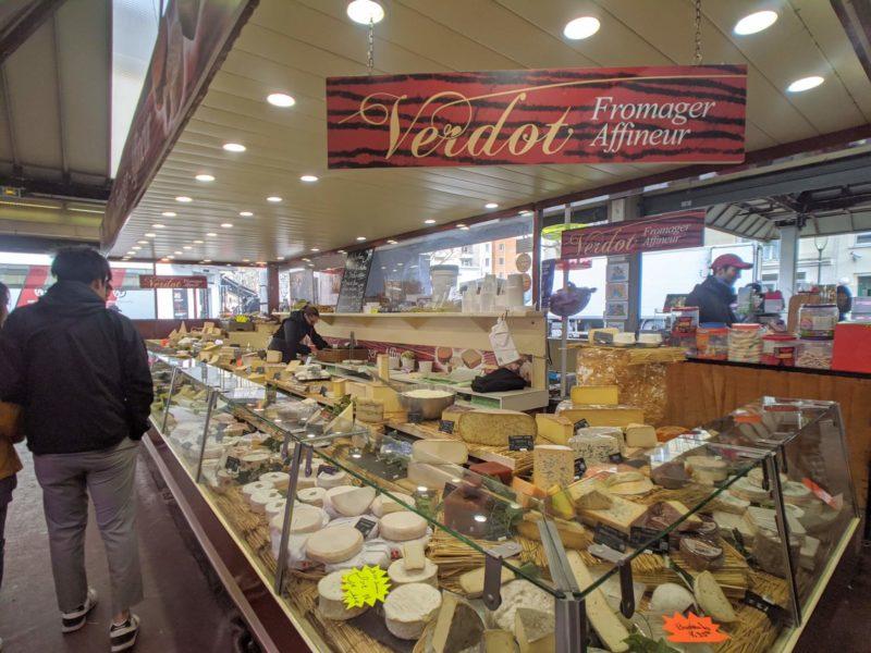 マルシェのチーズ売場にはたくさんのチーズが並ぶ