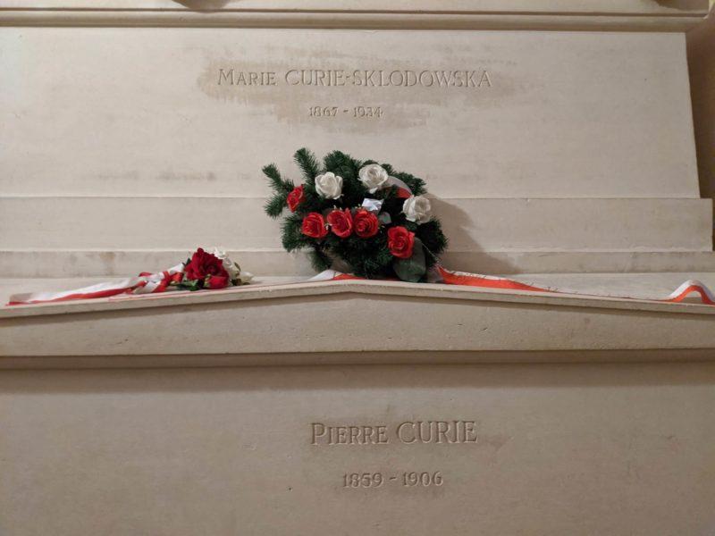パンテオン地下に眠るキュリー夫妻の墓石